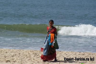 Торговцы на пляже Гоа, у них есть все!