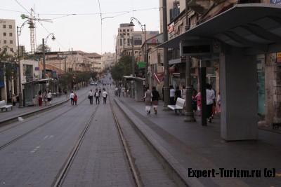 Центральная улица Иерусалима Яффо, пуста, магазины и кафе закрыты, трамвай не ходит