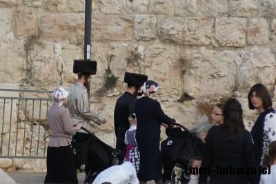 Религиозные евреи спешат к Западной стене (стена Плача) в старый город