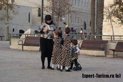 Дети в одинаковой одежде, что бы были заметнее