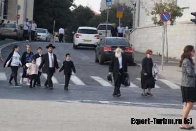 Еврейская семья идет в Старый город