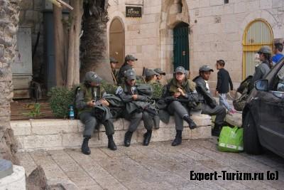 Девушки военные, охраняют порядок и в Старом городе