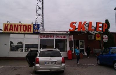 Обмен валюты и магазин на заправке в Польше