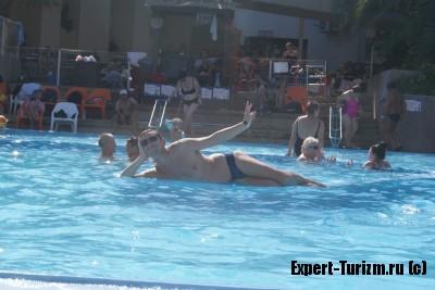 в бассейне СПА Ейн Геди, Мертвое море, Израиль