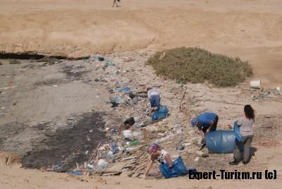 Уборка мусора на острове