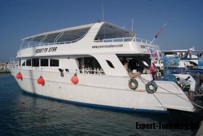 Яхта Rosetta Star прибыла в порт, на разгрузку мусора
