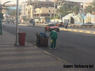 Сотрудник HEPCA каждое утро метёт улицу.