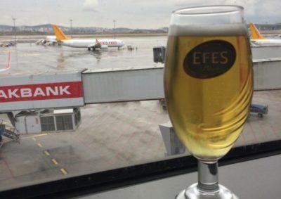 пиво в Кофе и напитки в LGM Lounge. Лаунж зона в аэропорту Сабиха Гекчен