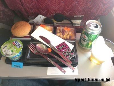 Qatar вкусно кормит и поит. Можно попросить добавки.