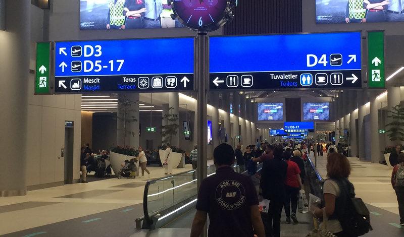 указатели терминала вылета и направление к выходам на посадку